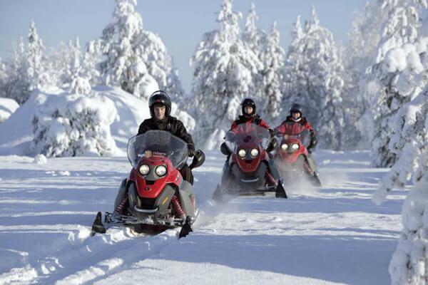 Fahrten mit Schneemobilen